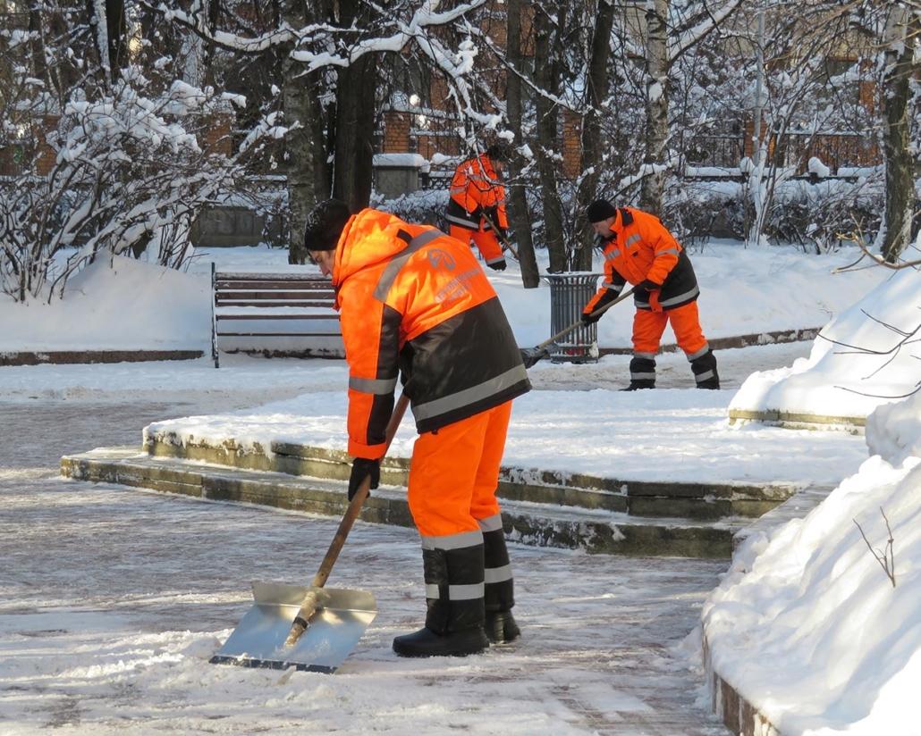 Winterdienst App: StraKo Winterdienst. Titelbild mit kommunalen Bauhofmitarbeitern beim Winterdienst.